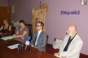 Zdjęcie z konferencji prasowej w SCK w Mielcu. Od lewej Jacek Tejchma - dyrektor SCK i dr hab. Wacław Golonka - Akademia Muzyczna w Krakowie, dyrektor mieleckiego festiwalui