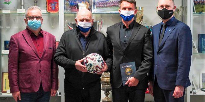 Grzegorz Lato spotkał się z prezydentem Jackiem Wiśniewskim i trenerem Leszkiem Ojrzyńskim